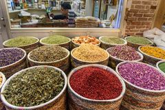 Hierbas y especias en bazar magnífico en Tabriz Provincia del este de Azerbaijan irán fotos de archivo libres de regalías