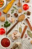 Hierbas y especias en la madera foto de archivo libre de regalías