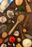 Hierbas y especias en la madera imagenes de archivo