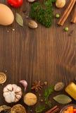 Hierbas y especias en la madera fotos de archivo libres de regalías