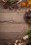 Hierbas y especias en la tabla de madera Foto de archivo libre de regalías