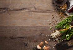Hierbas y especias en la tabla de madera Fotografía de archivo libre de regalías