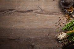 Hierbas y especias en la tabla de madera Imagen de archivo libre de regalías