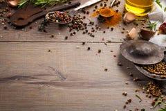 Hierbas y especias en la tabla de madera Imágenes de archivo libres de regalías