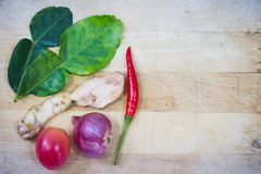 Hierbas y especias en los pisos de madera blancos Hoja de la cal, pimienta, cebolla, tomate, galangal Ingredientes de aderezo par imagenes de archivo