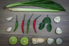 Hierbas y especias frescas en fondo de madera, ingredientes de la comida picante tailandesa, ingredientes de Tom yum Fotografía de archivo