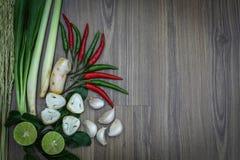 Hierbas y especias frescas en fondo de madera, ingredientes de la comida picante tailandesa, ingredientes de Tom yum Fotos de archivo libres de regalías