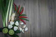Hierbas y especias frescas en fondo de madera, ingredientes de la comida picante tailandesa, ingredientes de Tom yum Foto de archivo libre de regalías