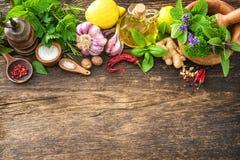 Hierbas y especias frescas en la tabla de madera Imagenes de archivo