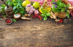 Hierbas y especias frescas en la tabla de madera Foto de archivo libre de regalías