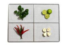 Hierbas y especias frescas en una placa inoxidable en el fondo blanco, ingredientes de la comida picante tailandesa Tom Yum Foto de archivo