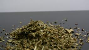 Hierbas y flores secas para la infusión herbaria almacen de video