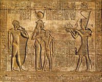 Hieroglificzni cyzelowania w antycznej egipskiej świątyni Zdjęcia Stock