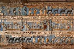 Hieroglificzni cyzelowania w antycznej egipskiej świątyni Obrazy Royalty Free