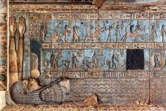 Hieroglificzni cyzelowania w antycznej egipskiej świątyni Fotografia Royalty Free