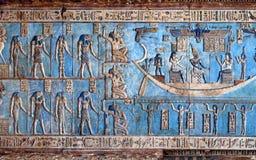 Hieroglificzni cyzelowania w antycznej egipskiej świątyni Zdjęcia Royalty Free