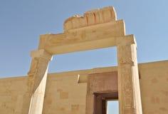 Hieroglips en la columna en templo del pharaoh Imagenes de archivo