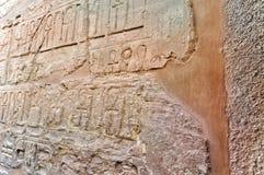 Hieroglips en la pared en templo del pharaoh Imágenes de archivo libres de regalías