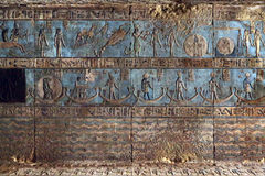Hieroglyfiska carvings i forntida egyptisk tempel Royaltyfria Foton