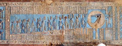 Hieroglyfiska carvings i forntida egyptisk tempel Royaltyfria Foton