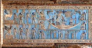 Hieroglyfiska carvings i forntida egyptisk tempel arkivfoton