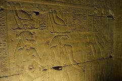 Hieroglyphen beleuchten die Weise stockfotografie