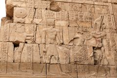 Hieroglyphics в виске Karnak, Луксоре, Египте стоковое фото rf
