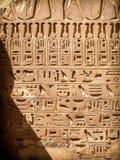 Hieroglyphics на виске Karnak в Луксоре (Египет) Стоковые Фотографии RF