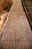 Hieroglyphics de Egipto Edfu en la pared vertical Foto de archivo