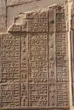 Hieroglyphics de Egipto Kom Ombo en la pared vertical Foto de archivo