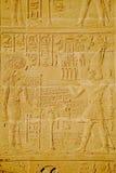 Hieroglyphics en la pared en el templo de luxor Imágenes de archivo libres de regalías