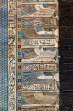 Hieroglyphische Carvings im alten ägyptischen Tempel Lizenzfreies Stockfoto