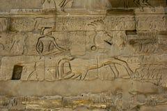 Hieroglyphs και ανακουφίσεις που χαράζονται σε έναν τοίχο στο ναό & x28 Karnak Ναός Amun& x29  σε Luxor, Αίγυπτος Στοκ φωτογραφία με δικαίωμα ελεύθερης χρήσης