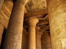 Hieroglyphs em colunas imagens de stock
