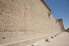 Hieroglypic carvings on an egyptian temple Stock Photography