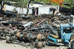 Hierro de pedazo, viejas piezas del coche, depósito de chatarra o desguace Imágenes de archivo libres de regalías
