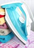Hierro eléctrico y toallas Fotos de archivo libres de regalías