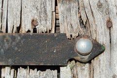 Hierro en la vieja puerta de madera Imagen de archivo libre de regalías