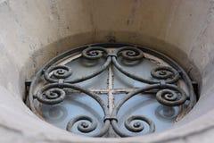 Hierro labrado de la ventana de la iglesia imagenes de archivo