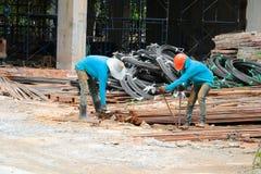 Hierro labrado de los trabajadores de la construcción dos imágenes de archivo libres de regalías