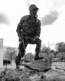 Hierro Mike Statue, Fayetteville NC-12 Janurary 2012: Dedicado a los soldados de WWII imagenes de archivo