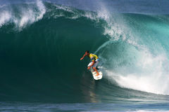 Hierros de Andrés de la persona que practica surf que practican surf en el Backdoor Imagen de archivo libre de regalías