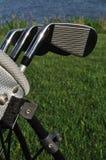 Hierros en un bolso de golf Imagen de archivo