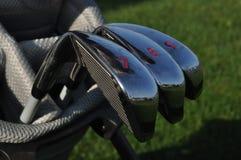 Hierros en un bolso de golf Fotografía de archivo libre de regalías
