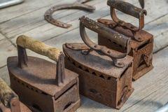 Hierros viejos en los tableros de madera Imagen de archivo libre de regalías