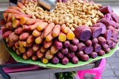 Hierva las patatas dulces, guisantes, comida local Fotografía de archivo libre de regalías