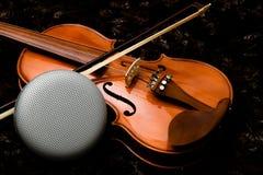 Hifi mówca na purpurowym klasycznym skrzypce z ciemnym tłem obraz royalty free