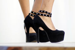 High heeled. Modella che indossa un paio di scarpe con tacchi alti stock photo