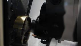 High-precision metaalverwerking op de machine media CNC de machine verwerkt metaaldetail Close-up van het metaal stock videobeelden