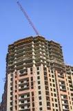 High-rise de bouw met een kraan over het dak Royalty-vrije Stock Afbeelding